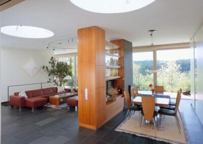 Wohnraum mit großen Fliesen
