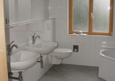 Badezimmer mit großen Bodenfliesen